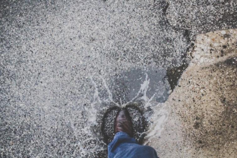 Schuh tritt in Regen während Umzug