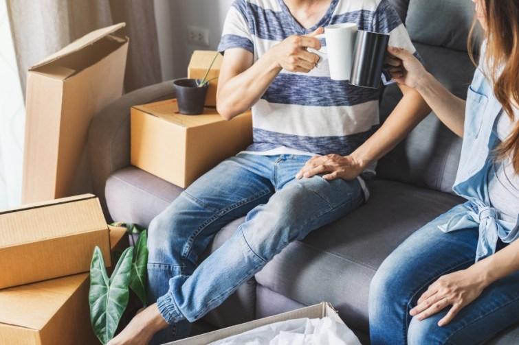 Paar trinkt Kaffee während Umzugsplanung
