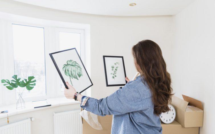 Frau verpackt Bilder beim Umzug