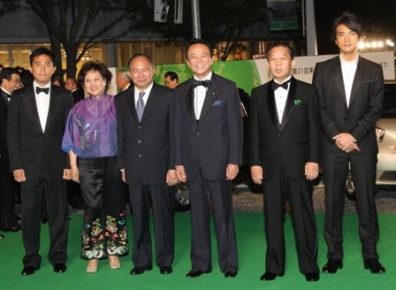 麻生太郎総理大臣が駆けつけ、ジョン・ウー監督とがっちり握手を交わしました。 そして、現職の総理大臣としては初めてグリーンカーペット(レッドカーペットも含む)を歩きました