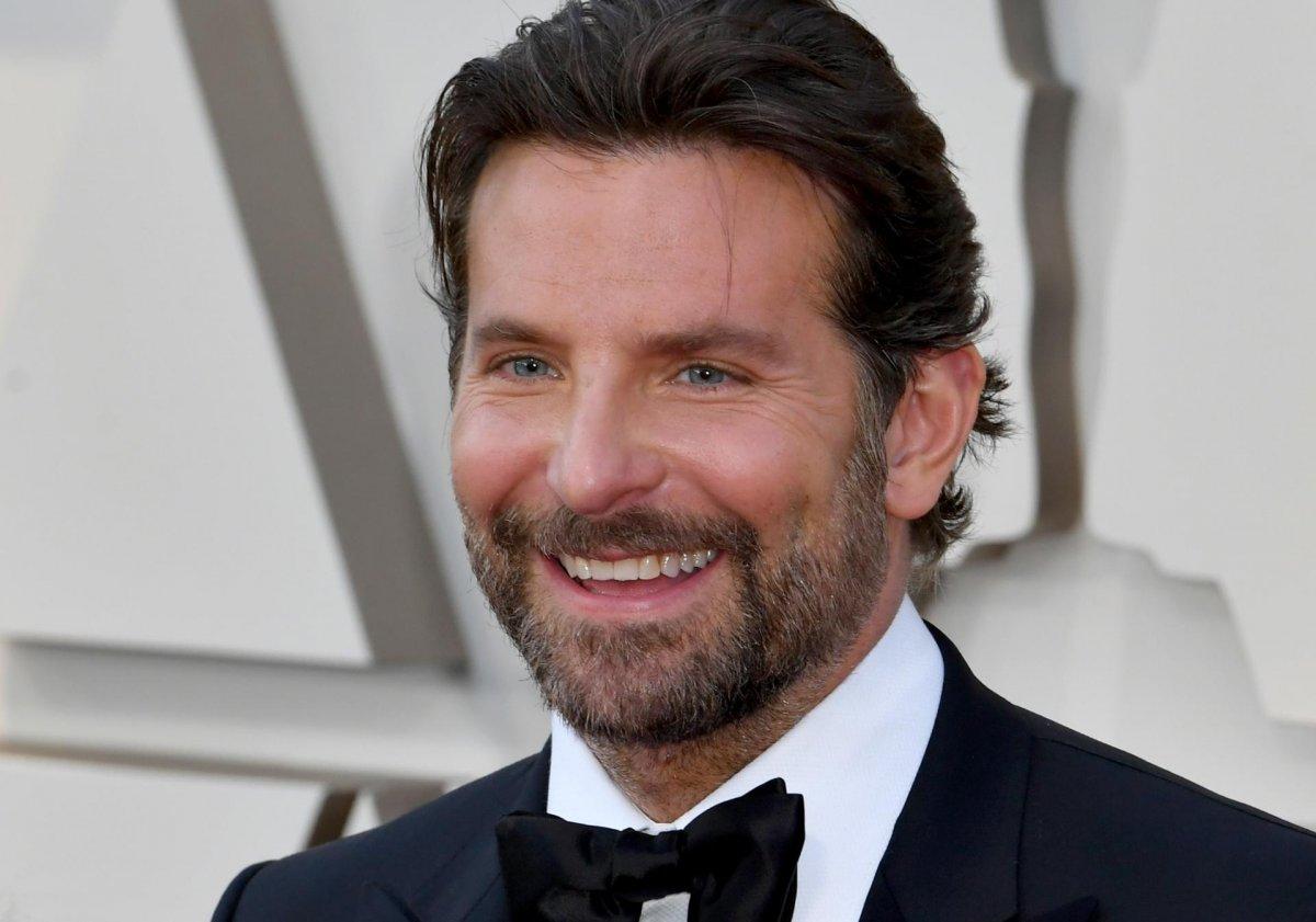 Bradley Cooper indossa il cerchietto rosa per capelli della figlia nelle  nuove foto scattate a New York - Movieplayer.it