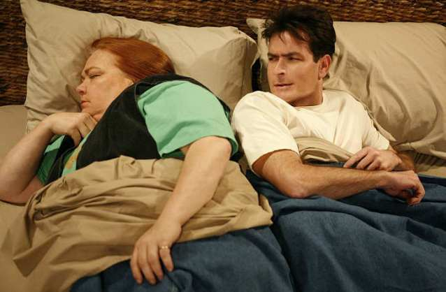 Two-and-a-Half-Men-Bertha-sleeing-next-to-Charlie-inside-his-bed-funny-5-stars-worthy-comedy-humor-phistars-wallpaper