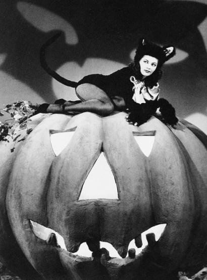Yvonne De Carlo 1940s Halloween pumpkin pic
