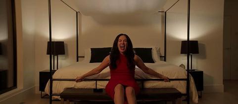 Hypnotic-movie-film-thriller-2021-Netflix-Kate-Siegel-bed-screaming