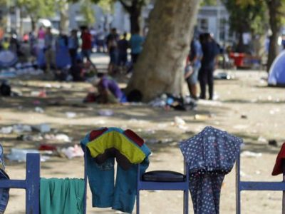 epa04900267 Clothes belonging to the migrants coming from the Middle east are seen drying on a fence of a park in downtown Belgrade, Serbia, 27 August 2015. Europe's migration crisis is set to top the agenda at the summit in Vienna between the European Union and six Western Balkan countries: Albania, Bosnia and Herzegovina, Kosovo, Montenegro, the former Yugoslav Republic of Macedonia and Serbia. EPA/ANDREJ CUKIC +++(c) dpa - Bildfunk+++