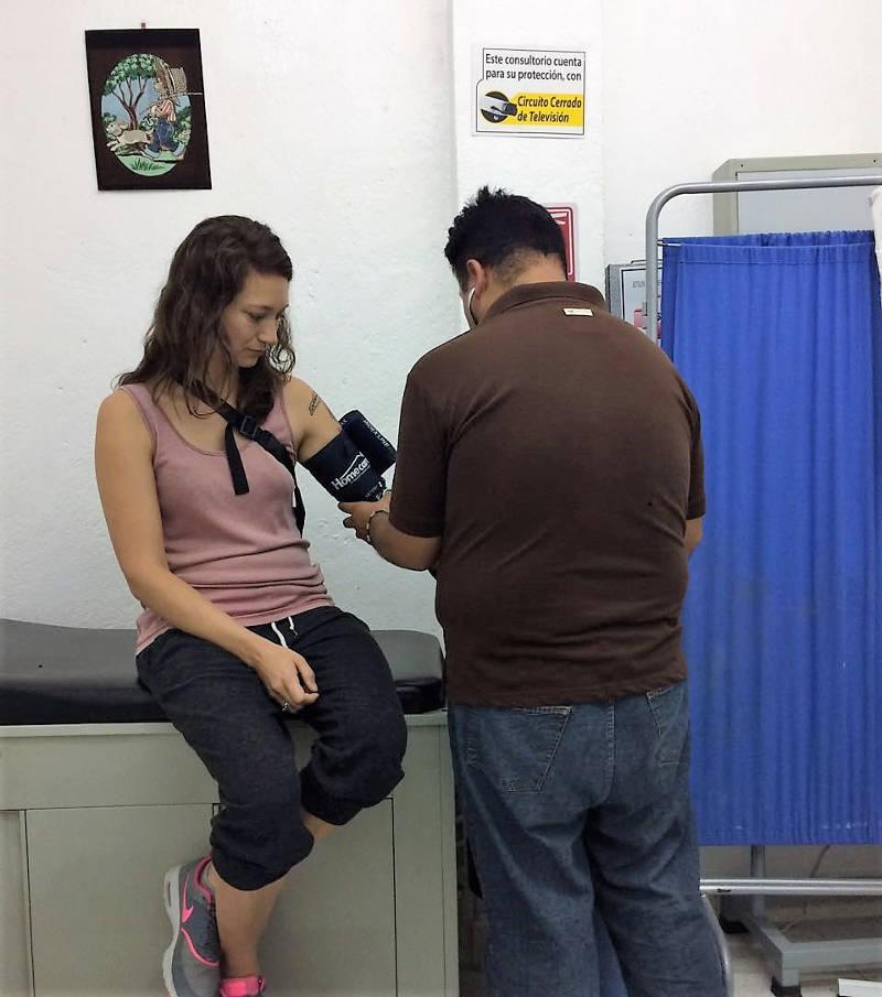 Ich beim Arzt, um das für die Hochzeit erforderliche Gesundheitszertifikat ausstellen zu lassen