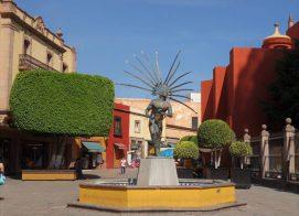 Statur eines tanzenden Indianders in Downtown Querétaro