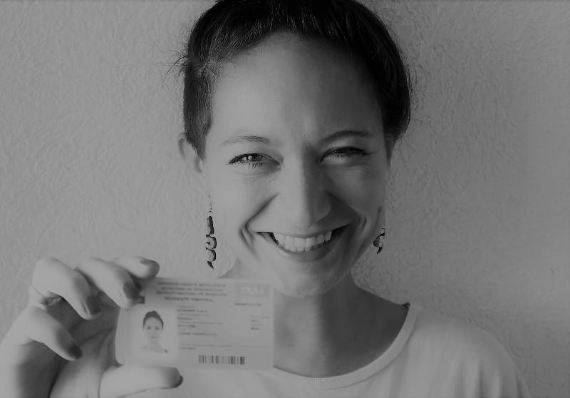 """Ich als glückliche Besitzerin der """"residencia temporal"""" nach der Hochzeit"""