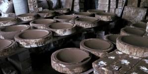 Molds Plates - Barro Negro: Die mit frischem Lehm gefüllten Gussformen müssen einige Tage an der Luft trocknen.