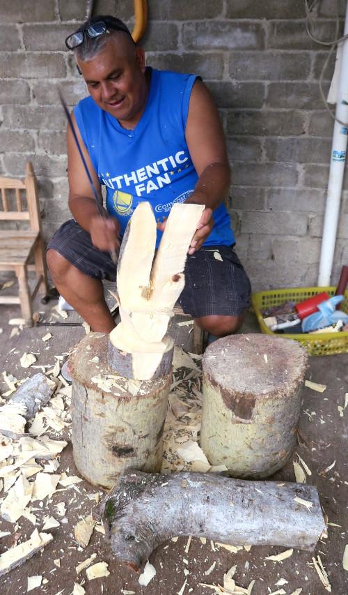 Arsenio Morales beim Schnitzen eines Alebrijes in Hasenform in seiner Familienwerkstatt in Arrazola