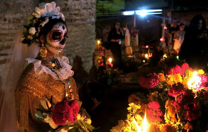 Frau mit aufwendigem Catrina Kostüm auf dem Friedhof in Xoxocotlán, Oaxaca