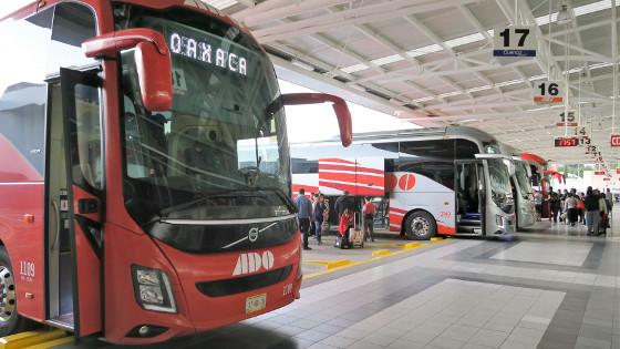 Moderne ADO-Busse in der Busstation von Oaxaca City