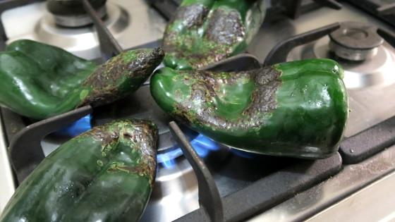 Chilies werden auf der offenen Gasfalmme zubereitet in Mexiko