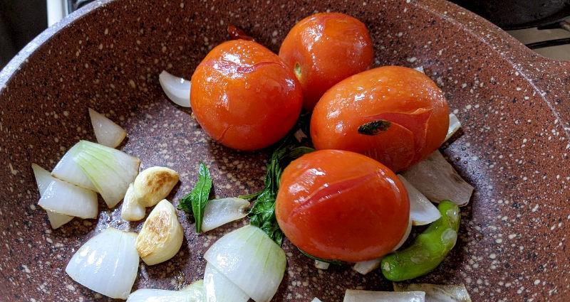 Pfanne - Rezept für vegetarische Chilaquiles rojos