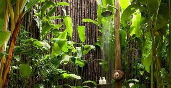 La douche extérieure prend place dans les jardins