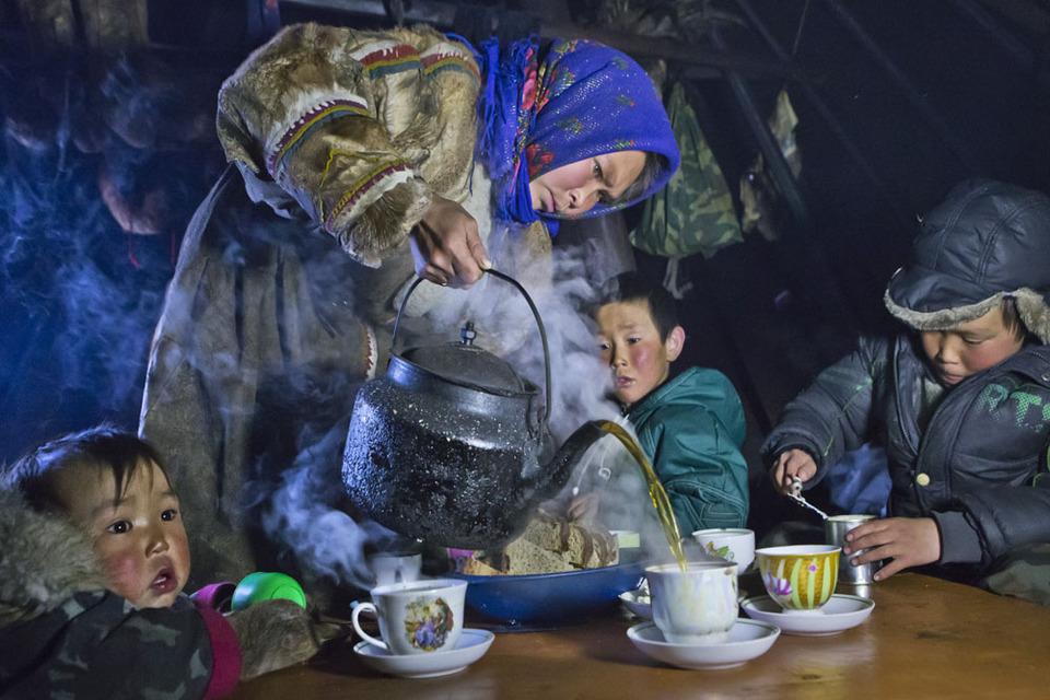 Une femme sert du thé pour ses enfants, dans la péninsule de Yamal, nord-ouest de la Sibérie, Russie.