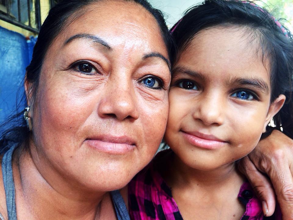 Une mère et sa fille ; elles ont les mêmes yeux.