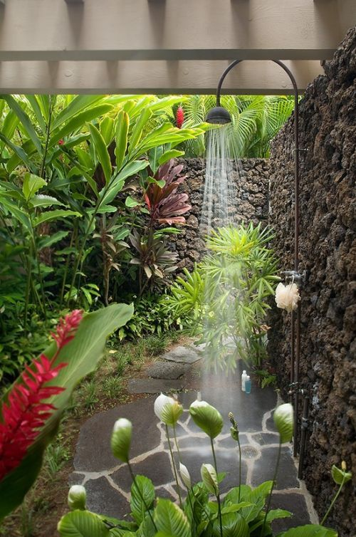 la douche ext rieure prend place dans les jardins. Black Bedroom Furniture Sets. Home Design Ideas