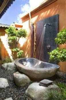 modèle-de-salle-de-bain-en-pierre-douche-extérieure