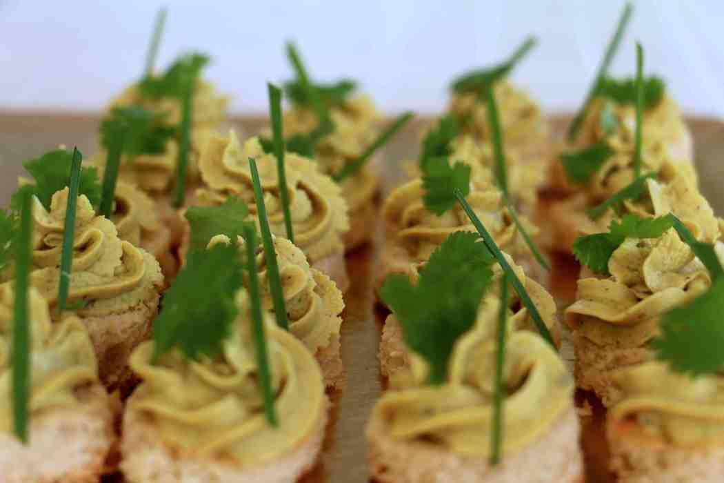 Here's Cuisine – Rillettes de thon rouge au curry sur toast de pain coco