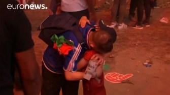 Un supporter français consolé par un jeune fan portugais