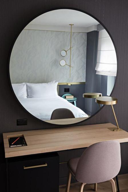 miroir-design-miroir-rond-au-dessus-du-bureau