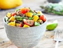 Salade de lentilles, tomates, mangue et une vinaigrette à la coriandre