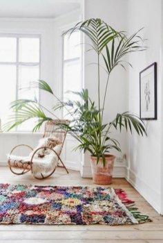 interieur-design-fauteuil-rotin-vintage-cool-idee-amenagement-salon-une-idee-tapis-design