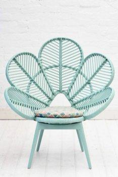 le-chaise-fauteuil-rotin-forme-fleur-bleu-couleur-enfant-bien-amenager-le-salon-luxueux-chaise-en-rotin