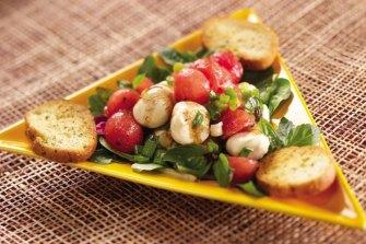 Une salade à la pastèque et à la mozarella