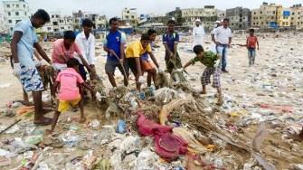 En Inde, la plage la plus polluée du monde a été nettoyée par 1500 volontaires