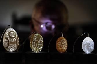 Incroyables sculptures sur des coquilles d'oeuf