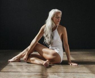 A 61 ans, Yazemeenah Rossi pose pour une marque de maillots de bain