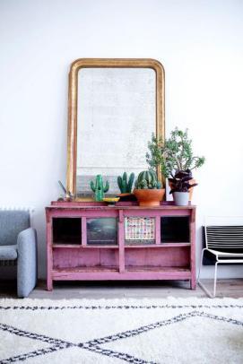 plantes-grasses-dintérieur-petit-buffet-vintage-peint-rose-et-grand-miroir