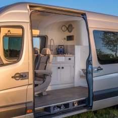 Un couple d'ingénieurs transforme un vieux van en luxueux camping car 01