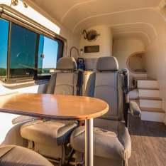 Un couple d'ingénieurs transforme un vieux van en luxueux camping car 02