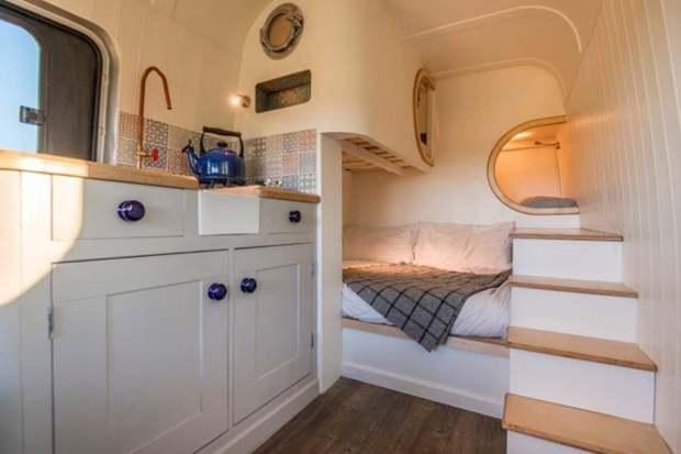 Un couple d'ingénieurs transforme un vieux van en luxueux camping car 10