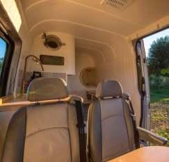 Un couple d'ingénieurs transforme un vieux van en luxueux camping car 11