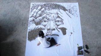 L'artiste Red Hong Yi réalise un portrait avec 20 000 graines de tournesol