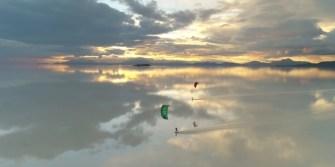 Première mondiale : L'expédition de kitesurfeurs dans un désert de sel en Bolivie