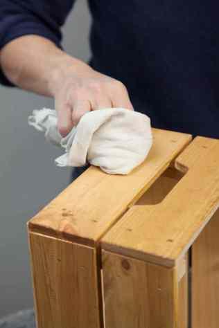 DIY - Réalisez une table de nuit avec des caisses en bois 04