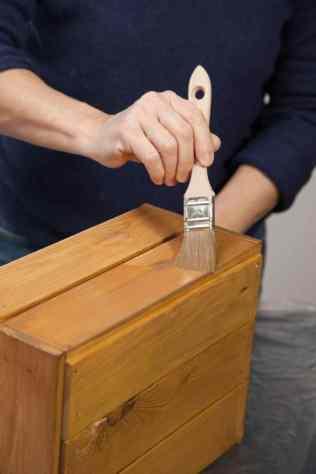 DIY - Réalisez une table de nuit avec des caisses en bois 05