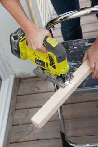 DIY - Réalisez une table de nuit avec des caisses en bois 06