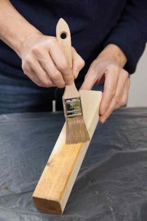 DIY - Réalisez une table de nuit avec des caisses en bois 09