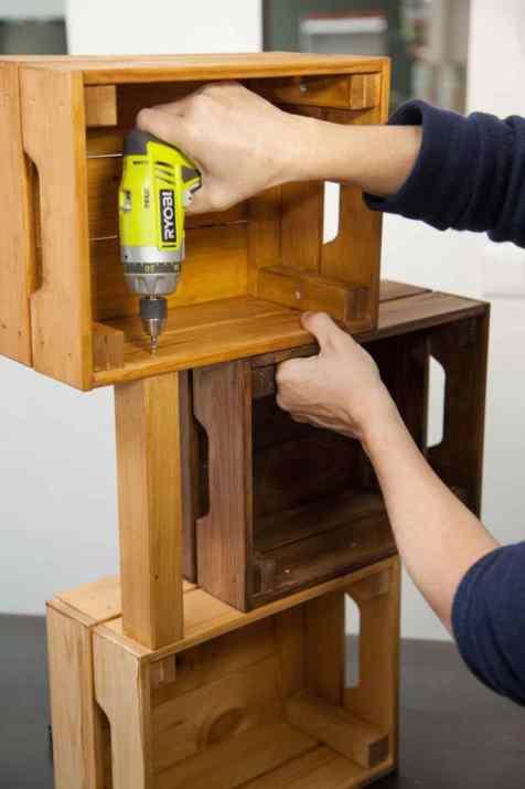 DIY - Réalisez une table de nuit avec des caisses en bois 12