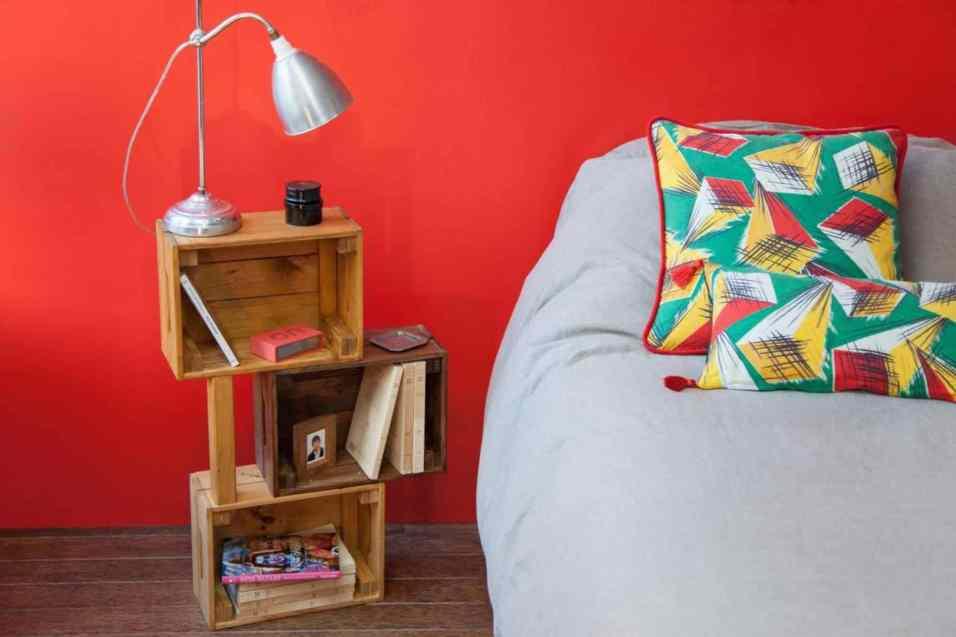 DIY - Réalisez une table de nuit avec des caisses en bois 13