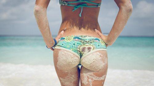 femme-fesse-sable-plage