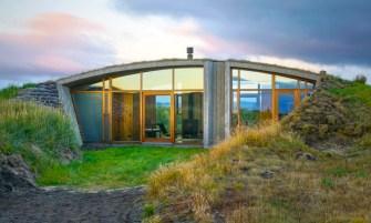 Une maison partiellement enterrée, inspirée des Vikings