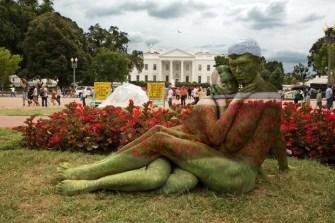 Trina Merry, cette artiste qui fond les corps de femme dans le paysage
