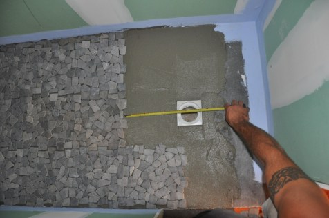 05509629-photo-installer-des-galets-dans-une-douche-a-l-italienne